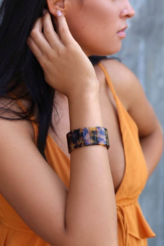 """Add a trendy twist to any look with the Lulus Vaidehi Tortoise Acrylic Cuff Bracelet! Sleek acrylic, in a black and brown tortoise design, shapes this cute cuff bracelet. Bracelet has a 2.5"""" diameter and adjusts slightly. Man made materials. Imported. Lulus 
